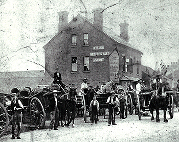 The Red Lion at potato harvest about 1900 [Z50/91/39b]